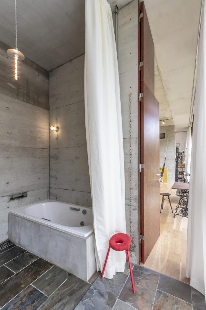 浴室/洗面所からリビングを見る。浴室には珍しいペンダント照明は真理子さん設計のオリジナル。