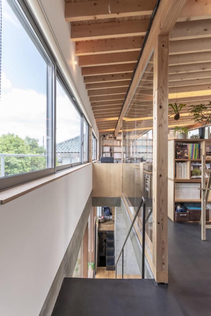 階段脇の壁がガラスのため事務所からも景色を存分に楽しむことができる。