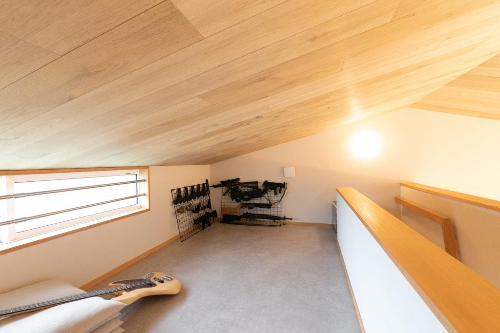 ロフトは、多彩な趣味をもつ景さんの部屋として設けた。パワーソースを抜いた安全なエアガンやギターが置かれ、乱入してきた子どもたちも自由に遊ぶ。オモチャなどを修理する作業台もある。