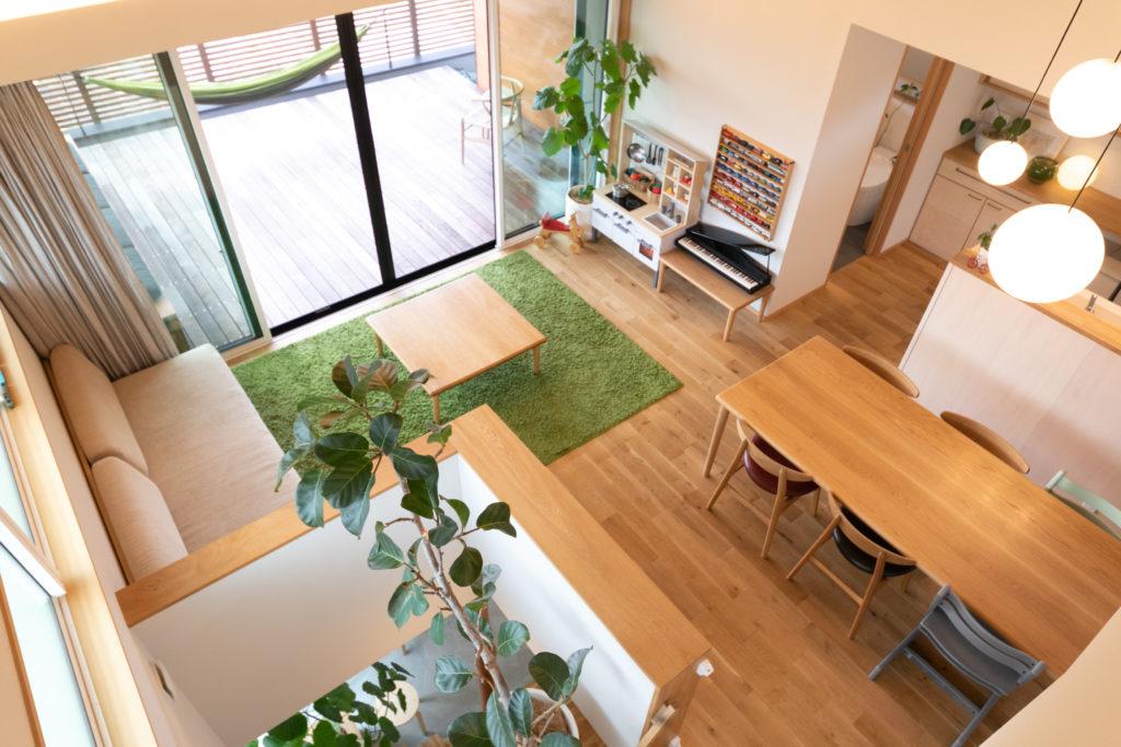 ロフトから2階リビングを見下ろす。テーブルを2つ並べると3mの長さになり、ワークショップのときなどに重宝。