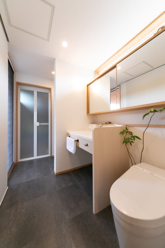 キッチンの隣には、トイレや洗面台、洗濯機、ユニットバスが一列に並び、家事動線もスムーズ。奥のバスルームの手前(左側)からテラスへ出入りできる。