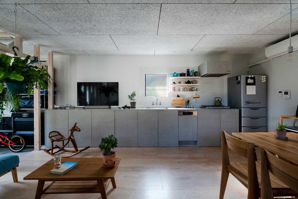キッチンには「ざっくりとつくられた雰囲気のなかに完成度が高くクールに感じられる場所をつくろう」(土田さん)ということで、通常は下地材として使われるフレキシブルボードが採用された。