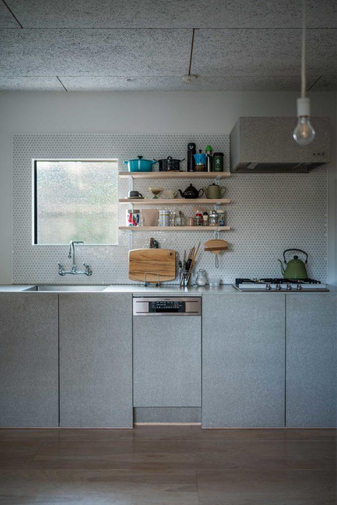 キッチンの壁に張られたのはモザイクタイル。「フレンチな雰囲気がほしい」という奥さんの希望から選ばれたもの。
