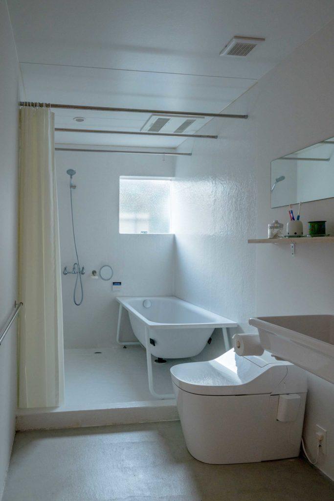 1階につくられたトイレと浴室。壁を隔ててこの左手にLDK、右手にアトリエがある。