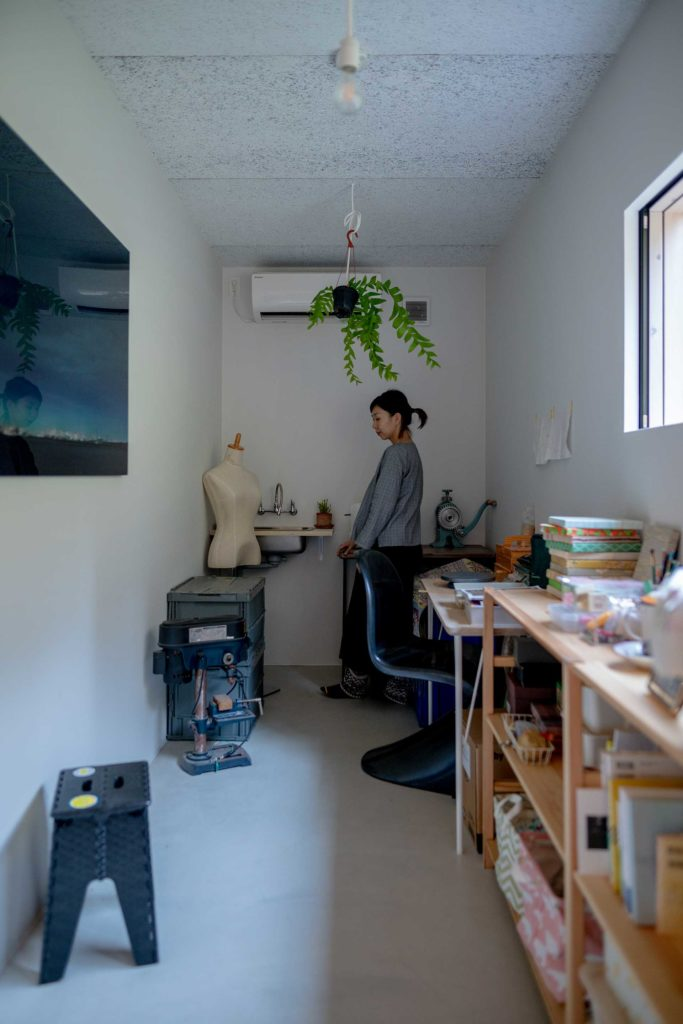 はじめは鈴木さんの趣味の部屋であったが、設計途中で彫金でアクセサリーを製作する奥さんのアトリエに変更された。