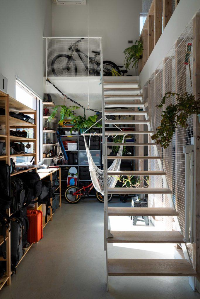 設計途中で鈴木さんの部屋になったスペース。カメラ機材やキャンプ用品、自転車の部品、DIY用の道具などが置かれている。