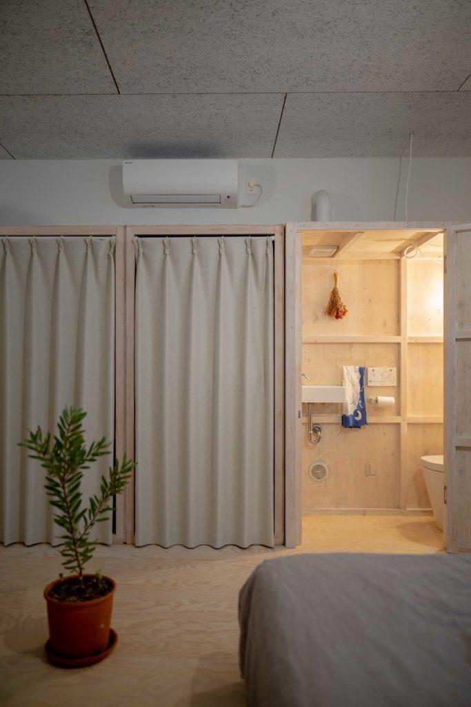 2階の寝室側からトイレを見る。トイレの並びは収納で衣類が収められている。