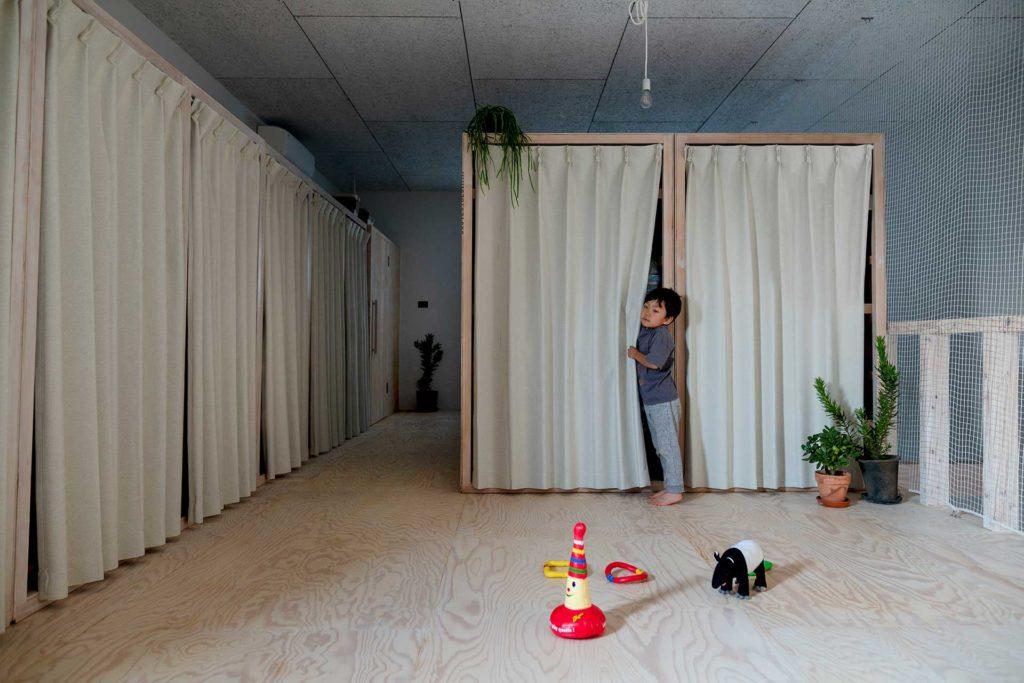 左の収納には衣類が、右の収納には季節ものの家電やクリスマスツリーなどが収められている。どちらも可動で、家族構成の変化などに合わせて自由に空間を仕切ることができる。