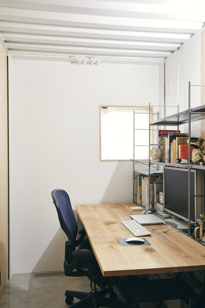 グラフィックデザイナーである夫のワークスペースは1階の玄関脇に。