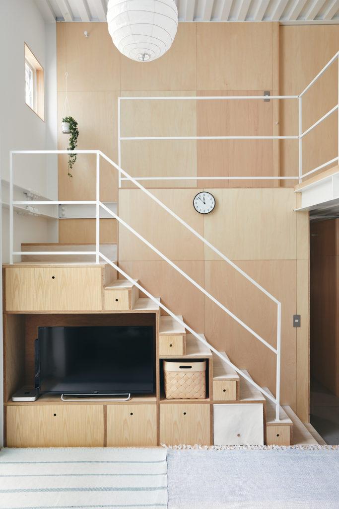 当初、階段下は仕切り板のみが設置されていた。収納ボックスをDIYで後から作成。