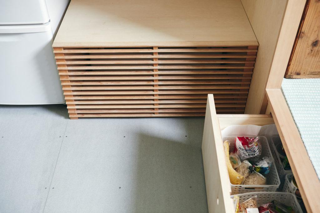 床下に設置されたエアコン。夏は床のフレキシブルボードが素足に冷んやりと感じられる。小上がり下には食材なども収納。