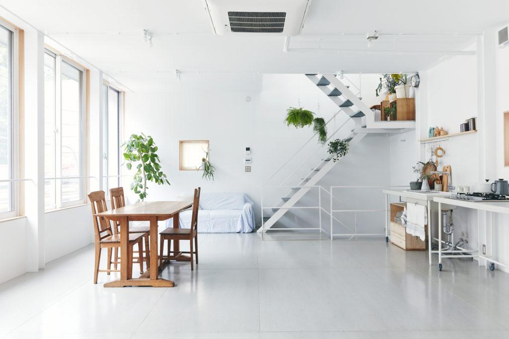 3階のスタジオの床下には水袋を温める床暖房が設置されていて蓄熱効果を保つ。「3階の床下は2階の天井でもあるので、2階まで暖かいんです。熱効率の高さを、住んでみて実感しました」。
