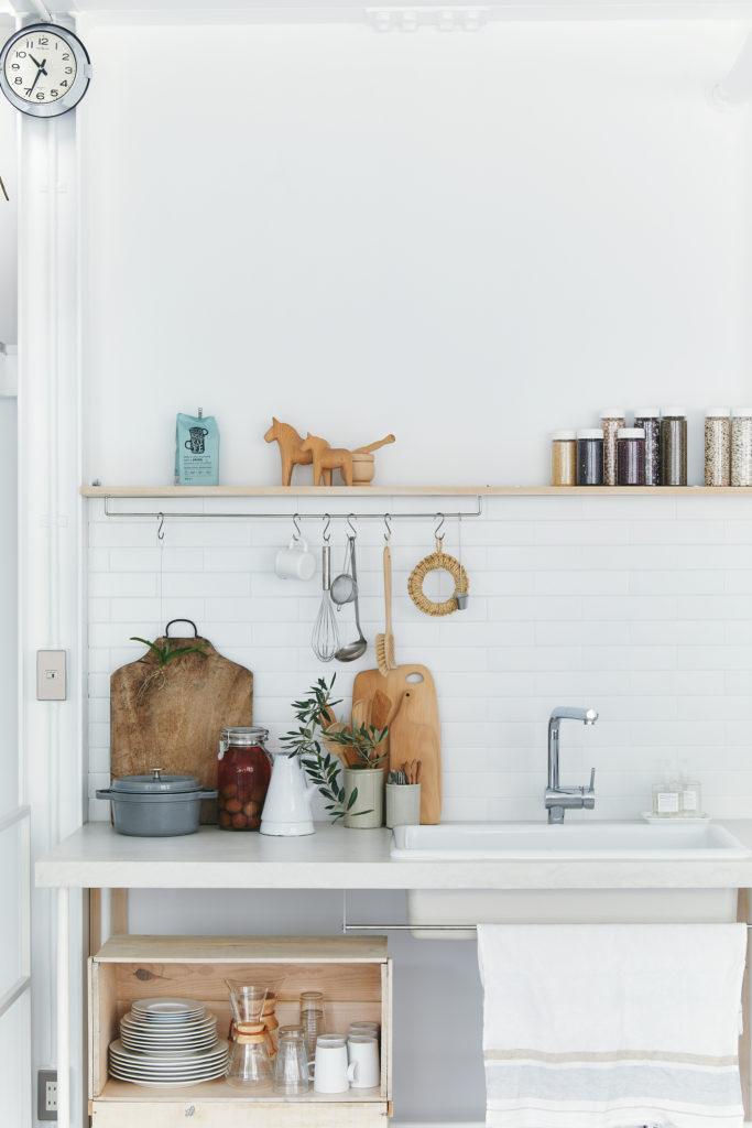 モールテックス、タイル、木の素材の組み合わせが絵になる移動式キッチン。