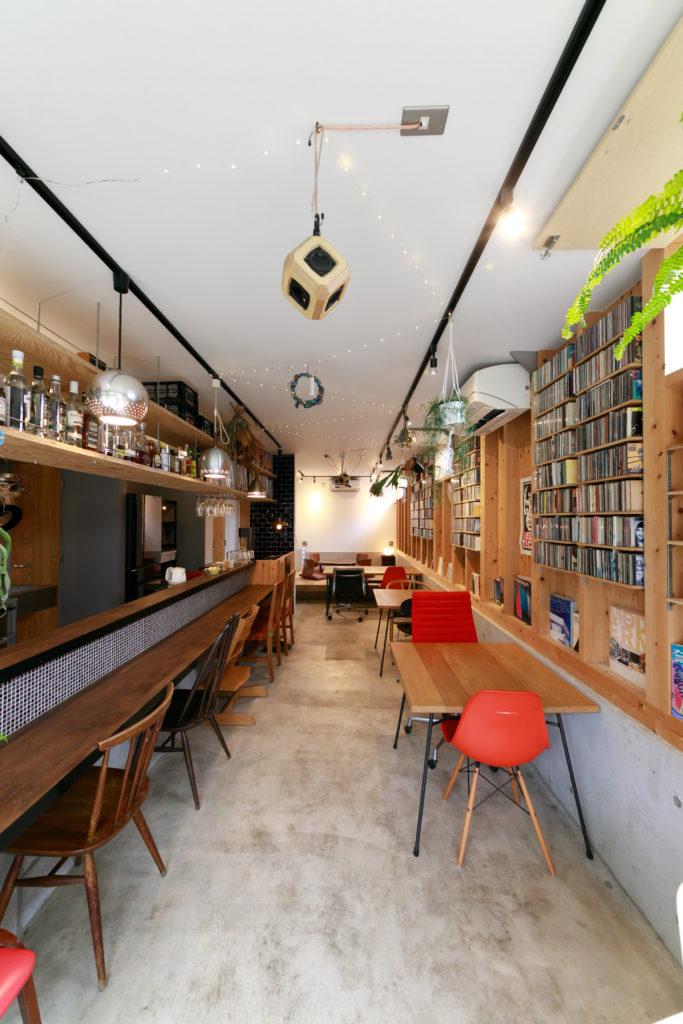 カフェのようなお洒落な空間だけれど、自宅のリビングでもある。棚いっぱいのCDとレコードは豊さんのコレクション。