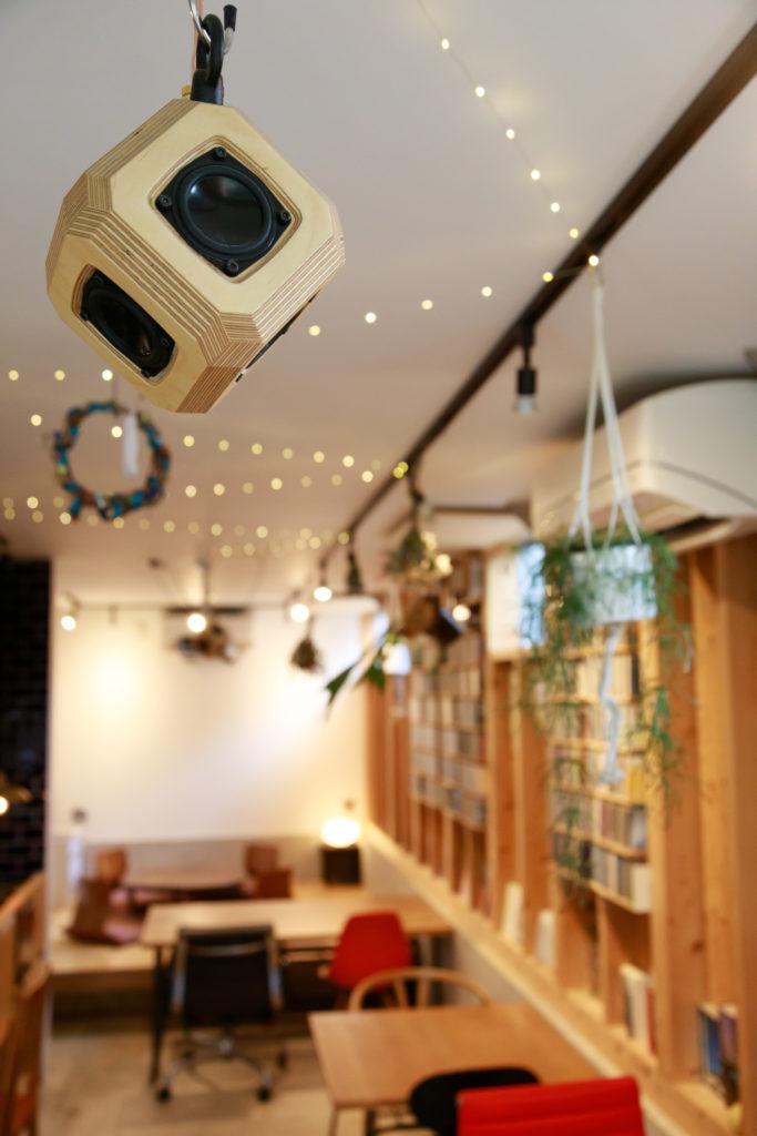 天井の6面体のスピーカーが空間全体に良い音を響かせる。天井の照明用レールに渡した小さな粒つぶのLEDライトが可愛い。