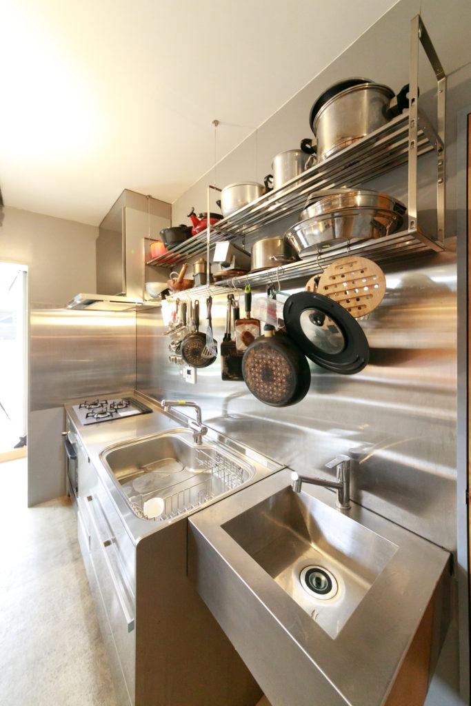 オールステンレスの本格的なキッチン。将来、飲食店としても活用できるように、ダブルシンク、大型食洗機の設備を整えた。