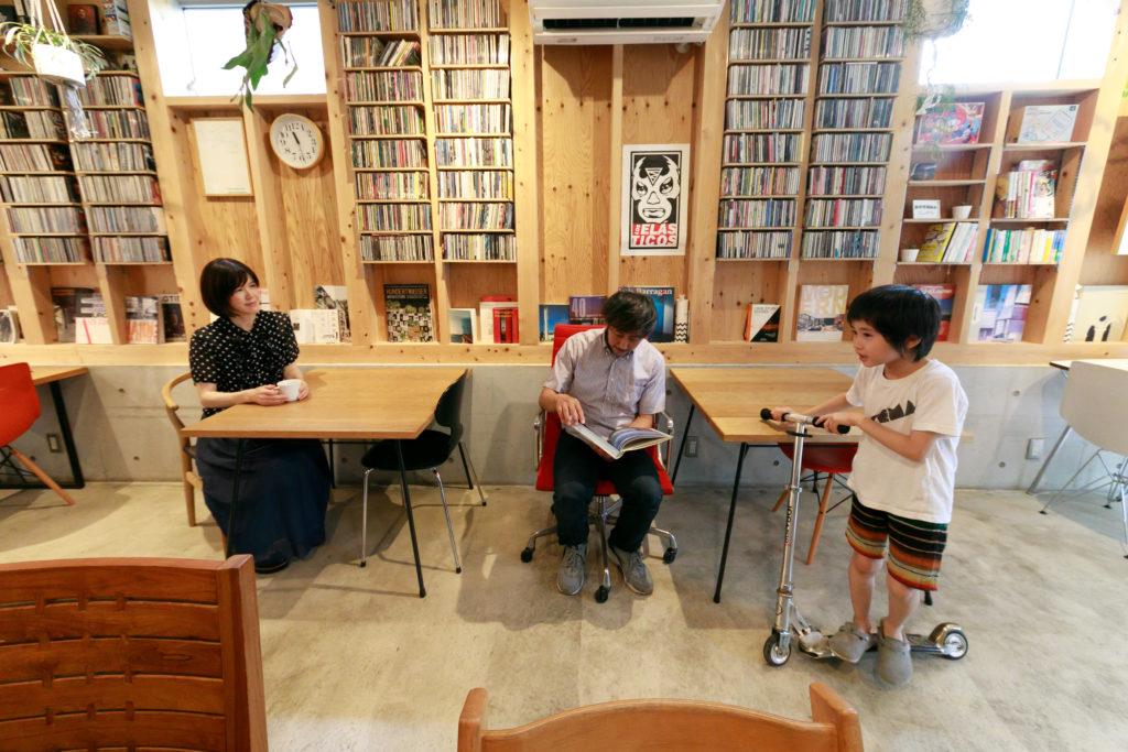 カウンターはグルリと回遊できるので、子どもたちはキックボードや自転車でグルグル回って遊ぶのがブーム。書籍は自由に手にとって閲覧できる。