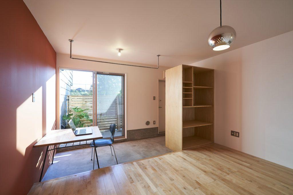 賃貸の4部屋は、それぞれ壁の色が違う。1階はモルタルの土間があり、2階の部屋はロフトが付く。