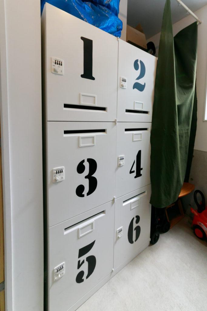 ステンシルを使い番号をDIYしたロッカーは、コワーキングスペースを利用する方に貸し出している。