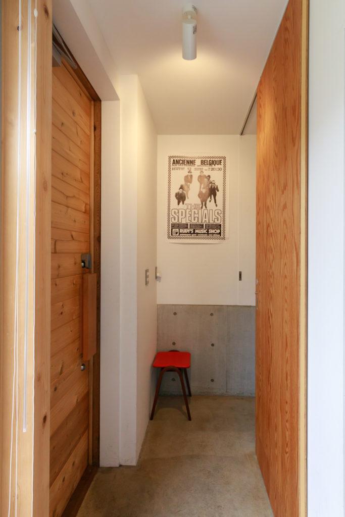 右側の引き戸を開けると、2階への階段が現れる。1階をパブリックな使い方をする場合に、この引き戸でプライベートな住居と分けている。