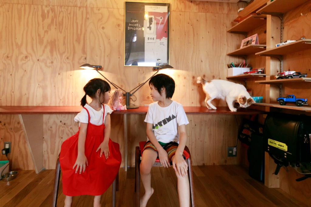 晴くんと優ちゃんの勉強はリビングで。愛想のいい猫のララちゃんが乗っているカウンターテーブルは、子どもたちと一緒にDIYしたのだそう。