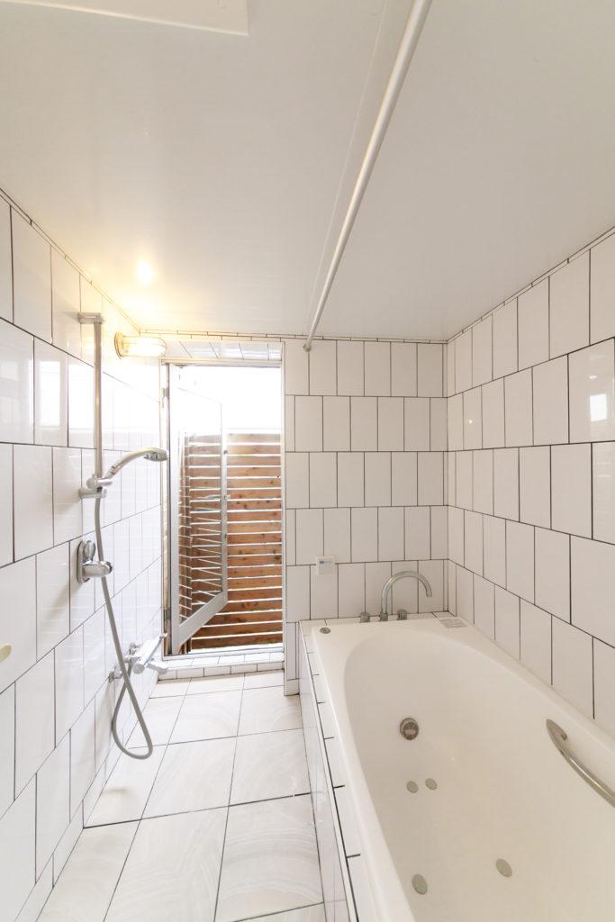 「バスルームは換気を良くしたかったので、ベランダに面した場所に作りました。目隠しのために柵を高くしています」