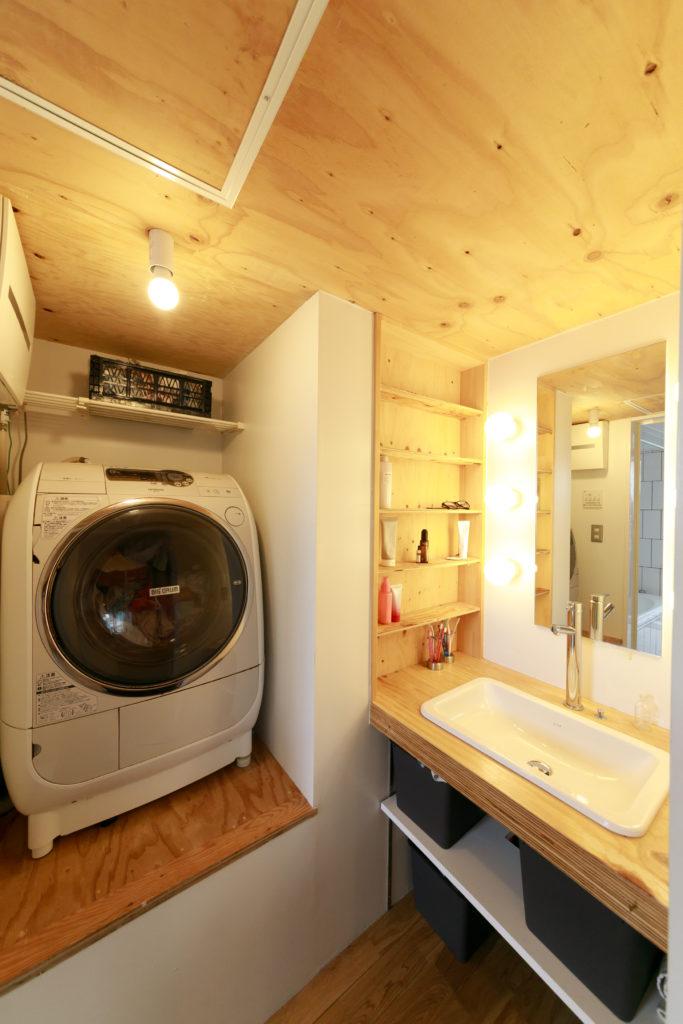 洗濯機が一段高い位置にあるのは、この下が2階に上がる階段になっているため。「洗濯物を出し入れする際、腰をかがめなくて良いので楽です」