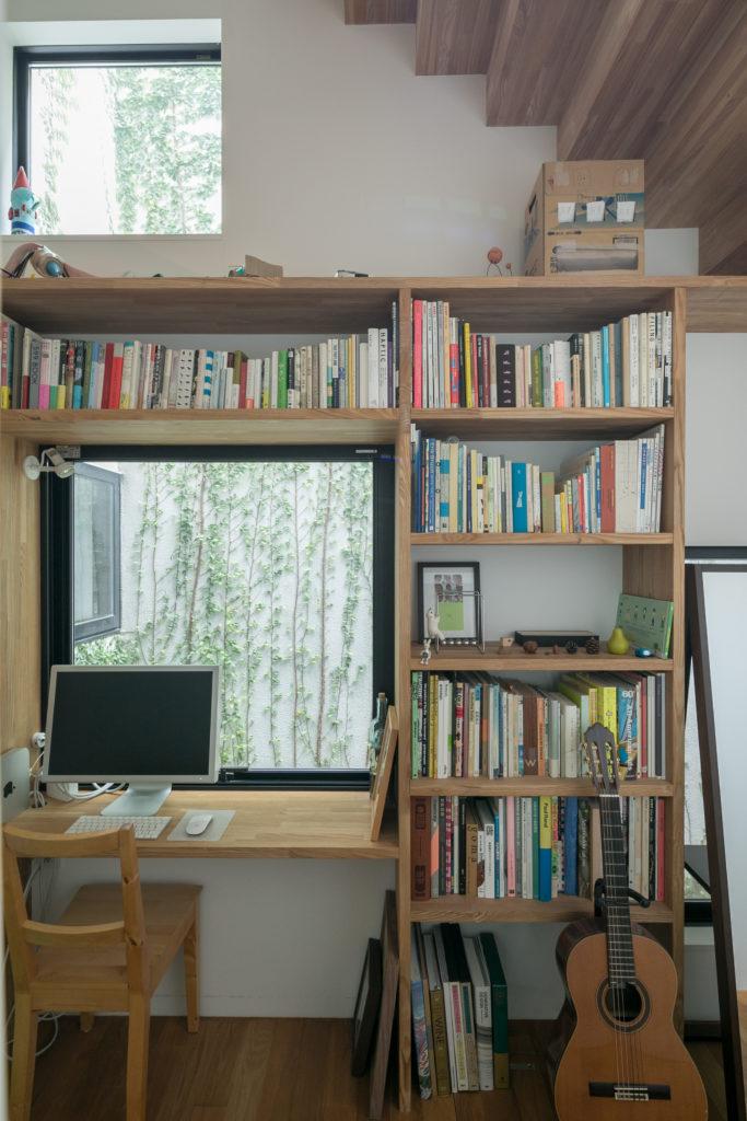 階段下にある作り付けの本棚と机。仕事や勉強、あるいは趣味の場として使用している。