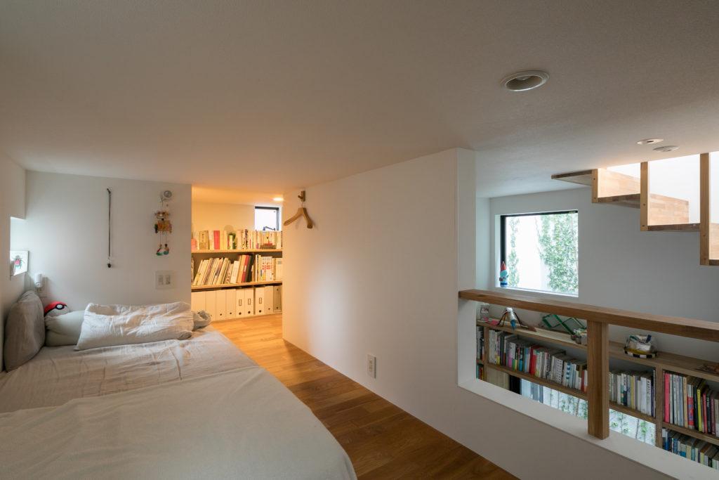 中2階ともいえるL字型のロフト。ご長男の寝室から、ご夫妻の趣味のスペースへとつながっていく。
