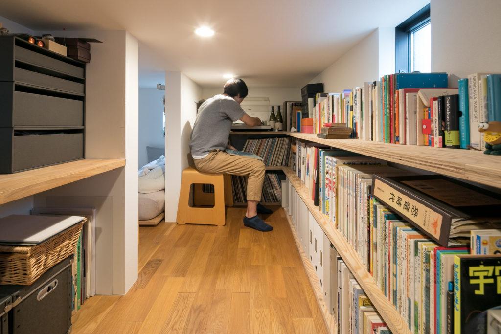 反対側には、中川さんのレコードコレクションが並ぶ。
