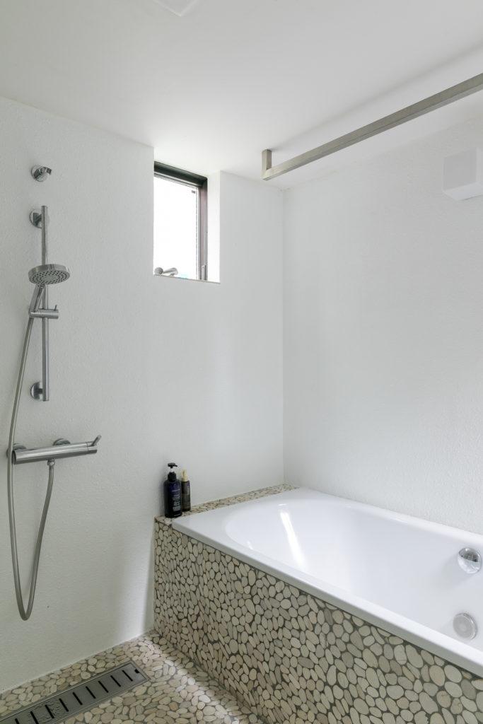 バスルームのモザイクタイルは、建築家の猿田さんより提案されたという。「最初は真っ白のタイルを考えていましたが、このモザイクタイルはデザインも良くて、何より汚れも目立たないので、今はこのタイルを選んで良かったと思っています」(中川さん)。