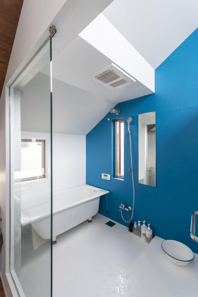 洗い場部分が広くとられた浴室。昼間はハイサイドライトから入る光で光庭的な役割も果たす。