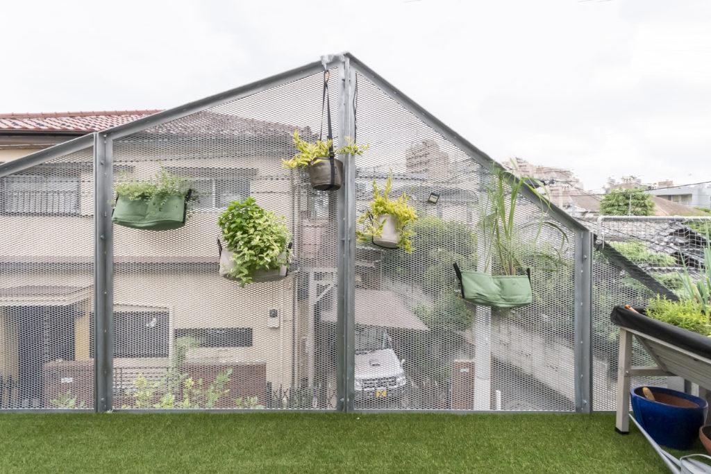 グリーンの架けられたバルコニーの壁は外からの視線の遮りと内部からの抜けの両方を考慮してこの形になった。