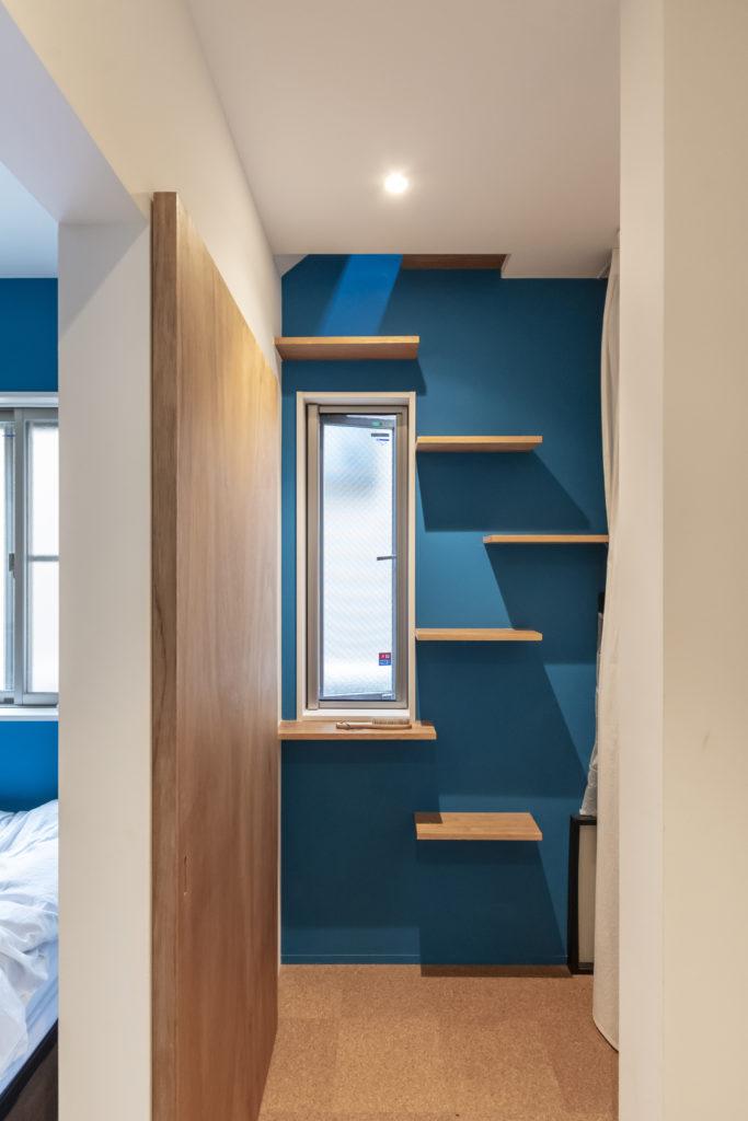 東側奥の青い壁にネコ用の階段がつくられている。