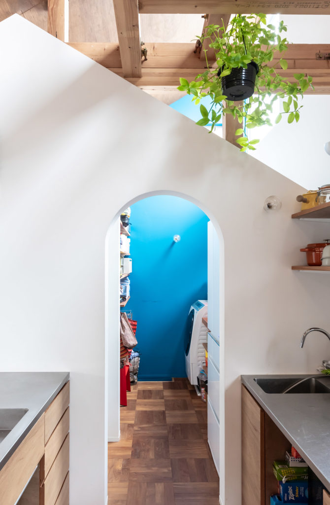 キッチンから見る。奥の右側に洗濯機が置かれている。