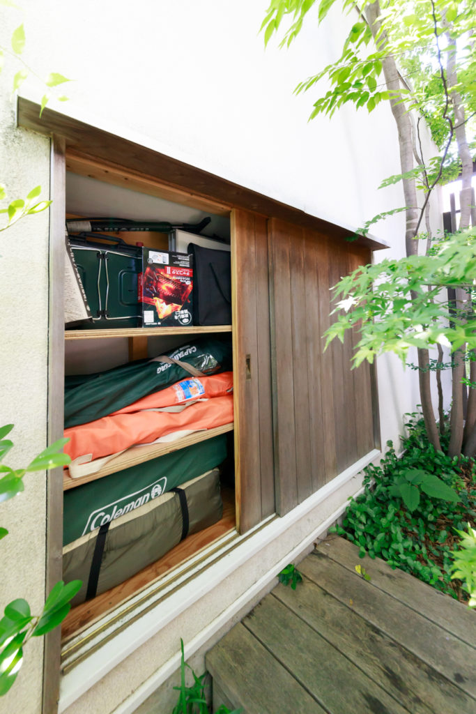 壁の一部にボリュームをもたせ、戸棚状の収納を設置。キャンプグッズや園芸グッズを収納。