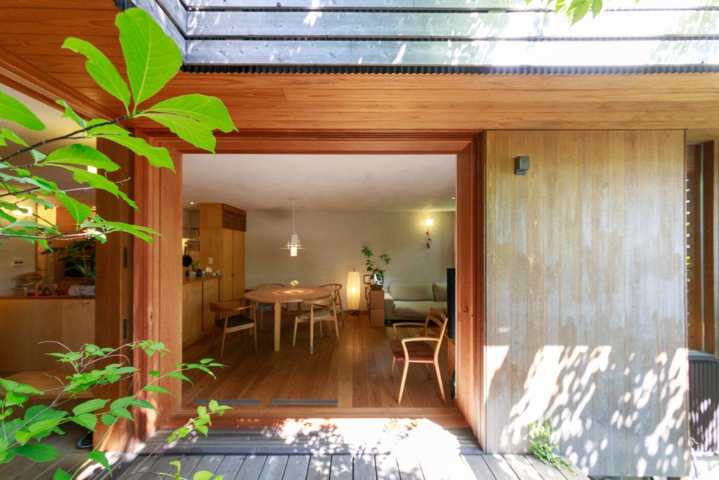中庭に面する建具は全て木材を使用。右側の壁は耐震壁で、建具がすっぽり収まるサイズにした。