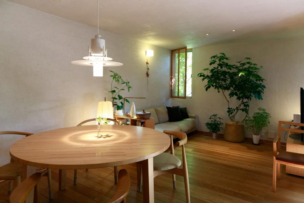 直径140cmの大きめな円卓は家具屋にオーダーしたもの。椅子はYチェアをはじめハンス・J・ウェグナーの作品をデザイン違いで揃えた。