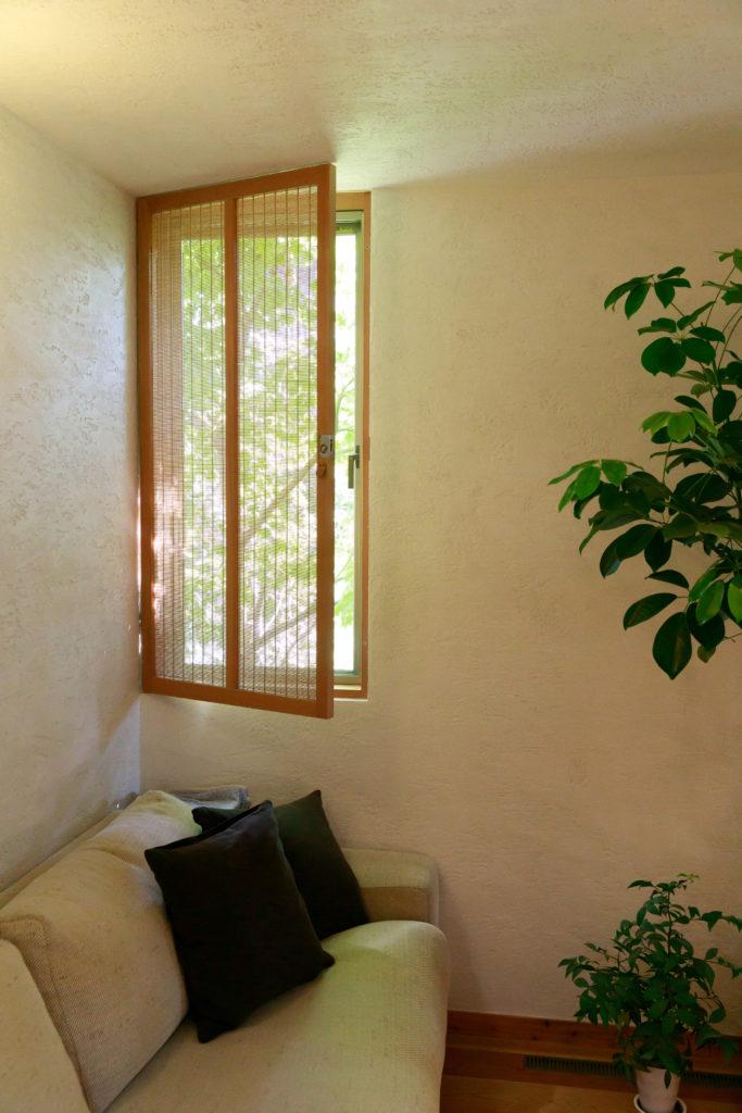 通風を考えて設えた南側の窓。視線をカットしながら風を通す、スダレを入れた扉窓を採用。