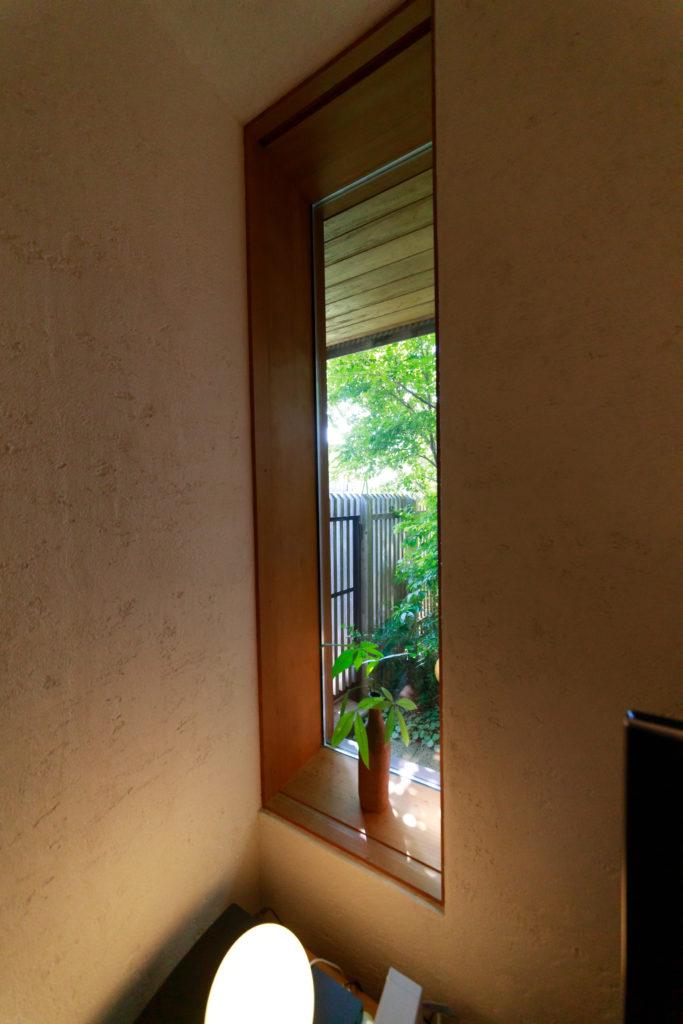 中庭までのアプローチの途中に小窓を設けた。植物などを飾り、ゲストを迎える。