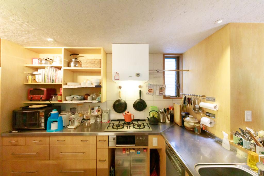 新井さんも立つことが多いというキッチン。サンワカンパニーの白い換気扇が可愛らしい。
