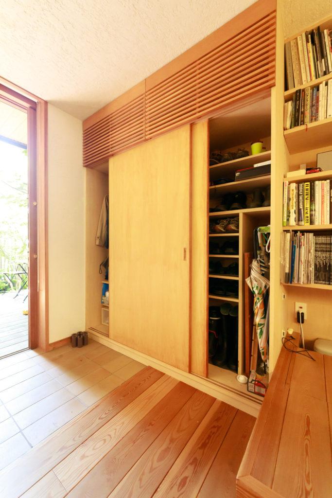 玄関をLDKと一体とするために、収納をしっかり設け、靴や傘など全て納めた。