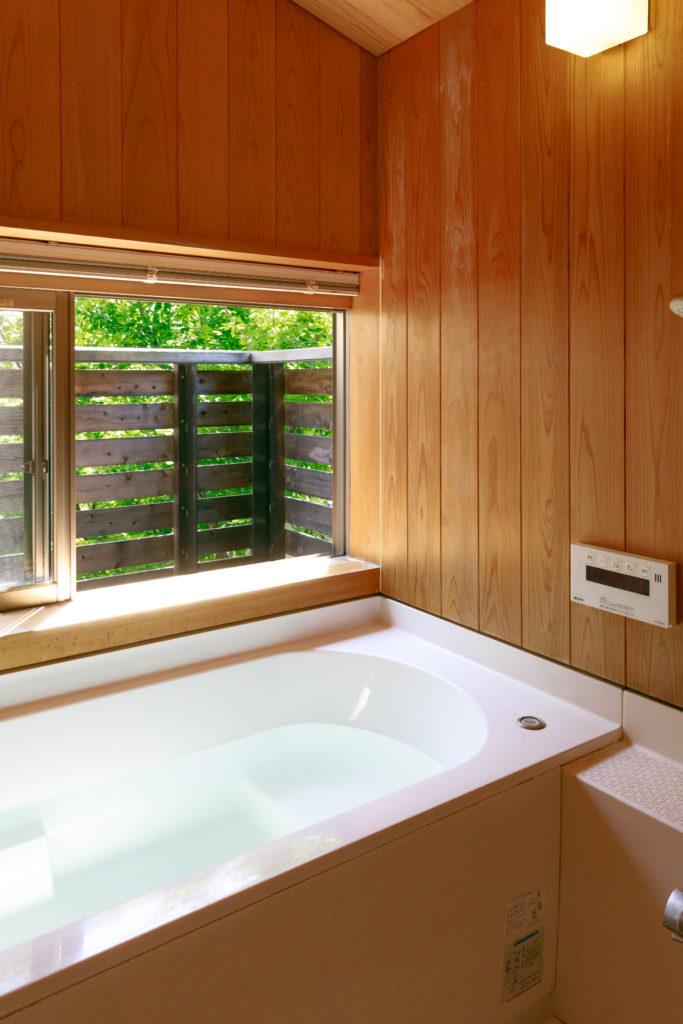 2階のバスルームからも中庭が楽しめる。内装は水に強いサワラの木を採用したハーフユニットバス。