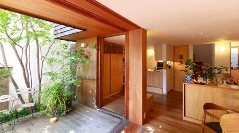中庭はもうひとつの部屋日々の小さな変化を愉しむ自然の恵みで豊かな生活