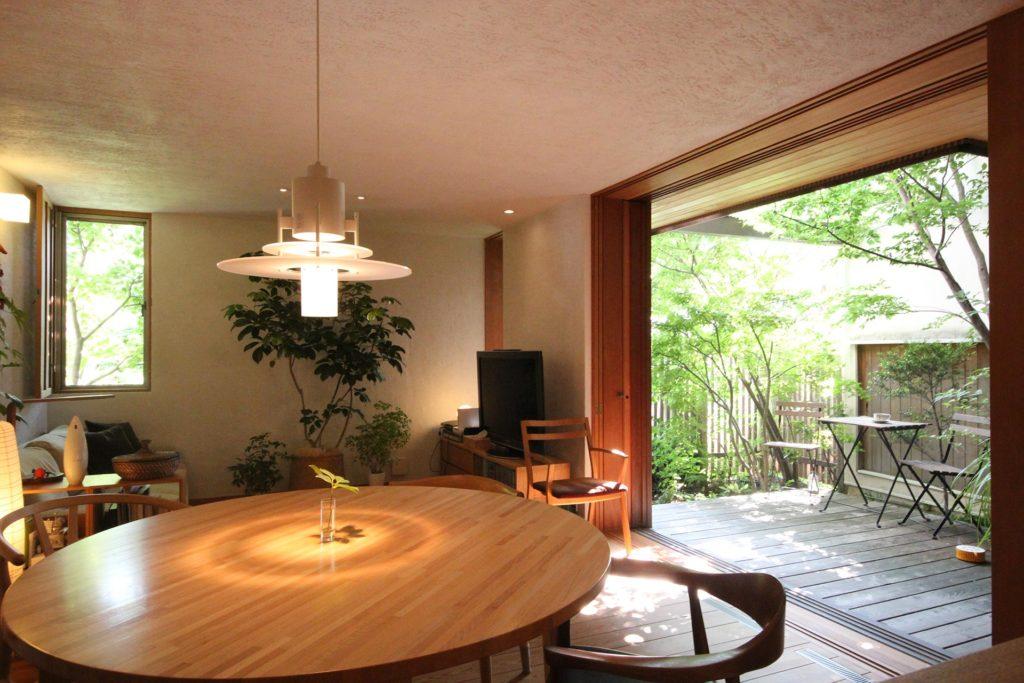 新井さんが最も気に入っているというキッチンからの眺め。「キッチンは中庭を眺める特等席ですね。気持ちよく料理ができます」(写真/ご本人提供)