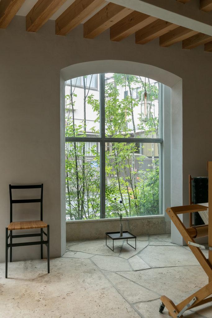 外から見ると格子の窓は、内側から見ると吹き抜けをはさんで美しいアーチを描く。