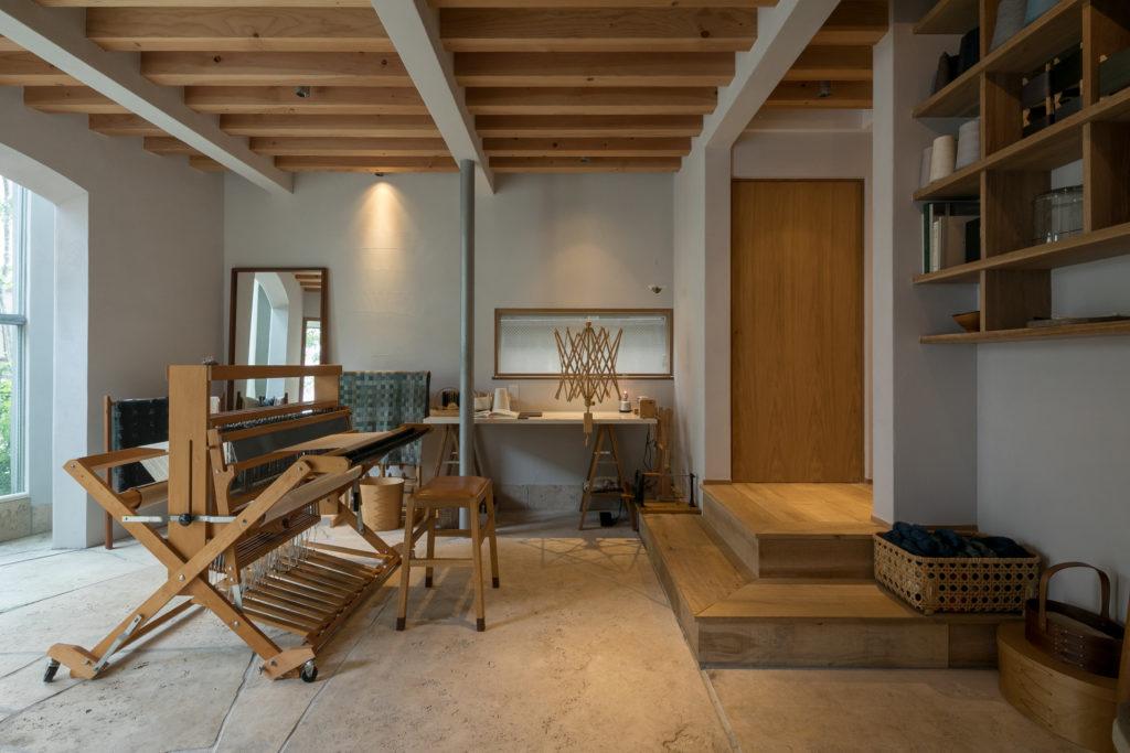 1階は手動の織機のあるアトリエ。「織機は畳むこともできるので、1Fのスペースを広く使い、展示会を開くこともできます」