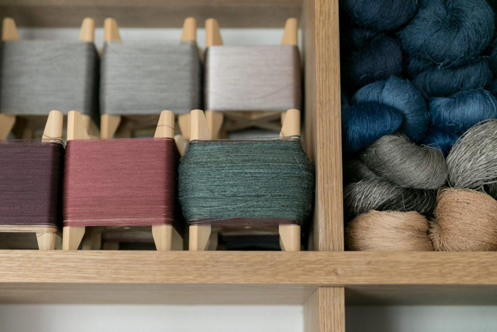 「糸巻きのサイズに合わせて、戸棚の幅を決めたので、無理なくきれいに収まります」