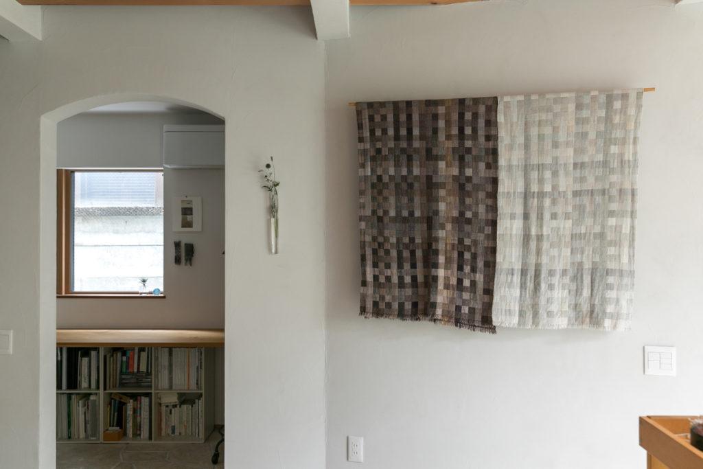 壁に飾られているのはカシミアを使い立体的に織られた作品。