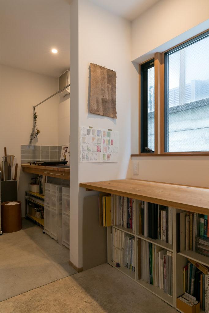 作業場の奥には染色に使うコンロとシンク、染めた糸を干すバーを設置。